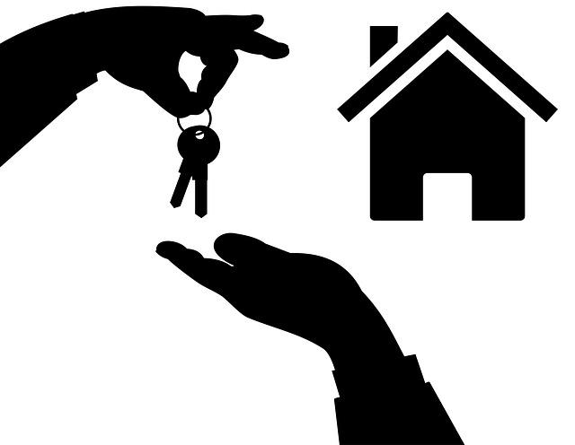 domek, ruce, předání klíčů