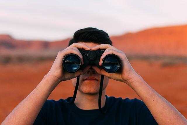 muž s dalekohledem.jpg