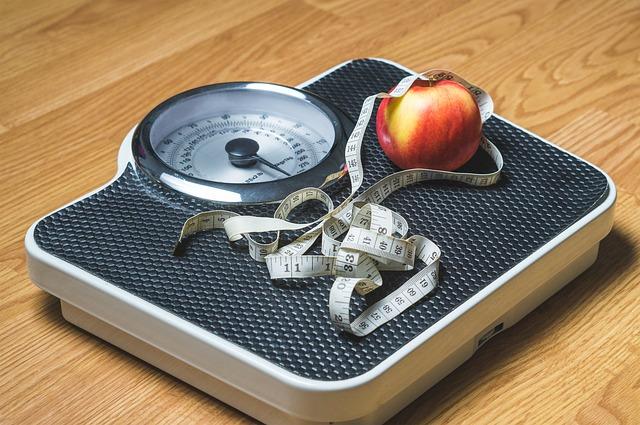 osobní váha a jablko