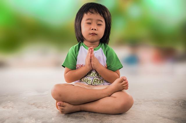 malá holčička se modlí