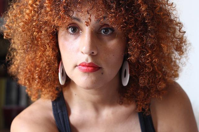 žena s kudrnatými vlasy s ofinou