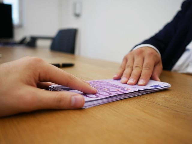 bankovky na stole, předávka, půjčka